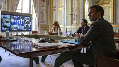 Emmanuel Macron deltar i Europeiska rådets videkonferens från Elyseepalatset i Paris.