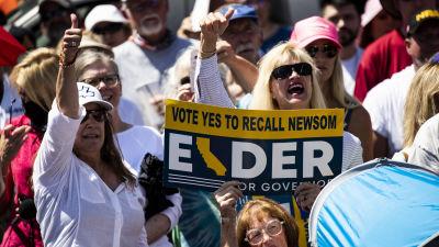 Bild på republikanen Larry Elders anhängare som håller i en skylt där det står att de vill avsätta den demokratiska guvernören i Kalifornien.