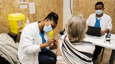 En person får Astra Zeneca-vaccinet.