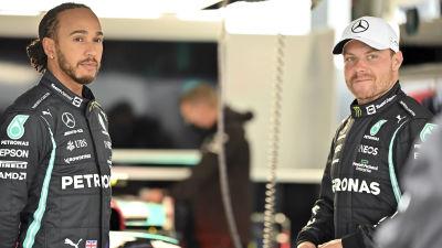 Lewis Hamilton och Valtteri Bottas samtalar i depån.