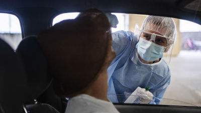 Hoitaja otti nenä-nielunäytettä Mehiläisen drive-in-testausasemalla Helsingissä 2. heinäkuuta.