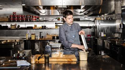 En man lagar mat i köket.