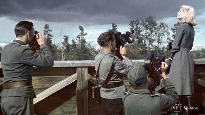 Lahdenpohjan ilmavalvontatorni, ilmavalvontalottaa (Ellen Kiuru) kuvataan 11.7.1942.