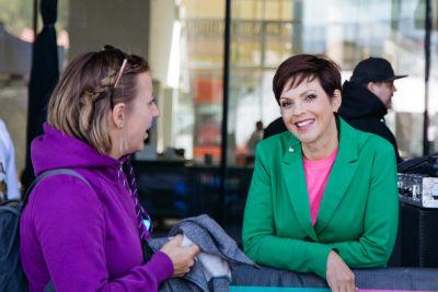 Anna-Liisa Tilus juttelee Pointti-festivaalilla yleisön edustajan kanssa.