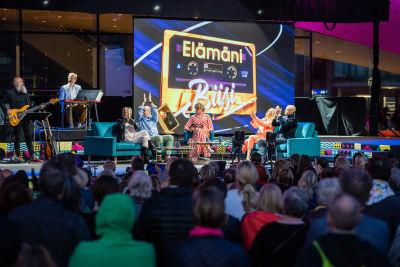 Elämäni Biisi viihdytti Pointti-yleisöä livenä lavalla.