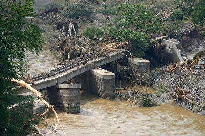 En bro i den tyska staden Bad Neuenahr-Ahrweiler håller på att kollapsa.