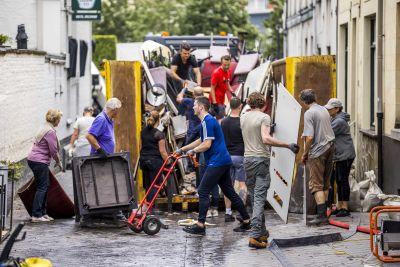 Städningsarbetet pågår i Nederländerna efter översvämningar.