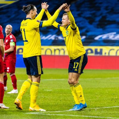 Zlatan Ibrahimovic och Viktor Claesson firar ett mål.