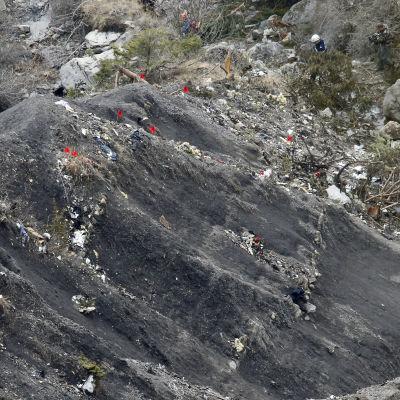 Räddningsarbetare märker ut ställen efter flygkraschen i franska alperna.