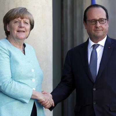 Tysklands förbundskansler Angela Merkel och Franksrikes president François Hollande skakar hand på krismötet om Grekland.