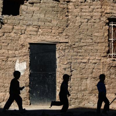 Barn i ett rebellkontrollerat område i utkanterna av Damaskus