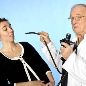läkare sticker gastroskop mot kvinna