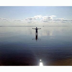 mies järvessä
