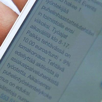 Tekstiviestitse tullut työtarjous matkapuhelimen näytöllä.