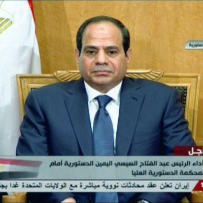 Abdel al-Sisi vannoo virkavalaa tv-lähetyksessä.