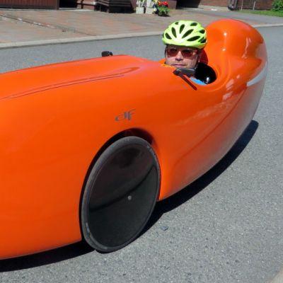 Jouni Silfver velomobiilissaan
