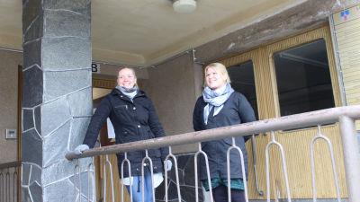 två kvinnor utanför Halmstadgården i Hangö