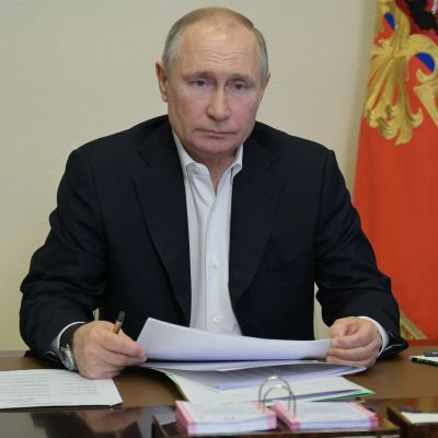 Valdimir Putin videoneuvottelussa.