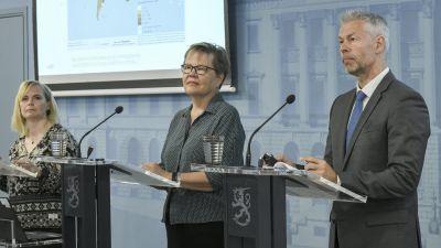Päivi Salo, Tuija Kumpulainen och Taneli Puumalainen håller presskonferens.
