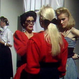 Roswitha Heikkilä sparraa kokelaita Supermalli ja mannekiini -kisoihin 1987.