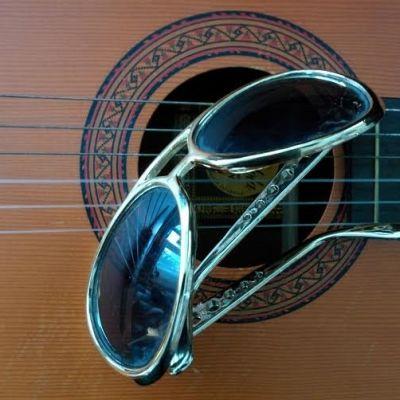 Elvisbrillor på gitarr