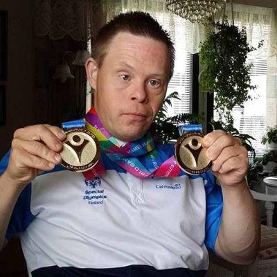 Kuvassa Jarmo Patana esittelee voittamiaan kahta mitalia .