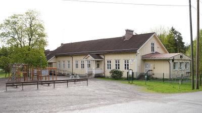 Snappertuna skola och en tom gård.
