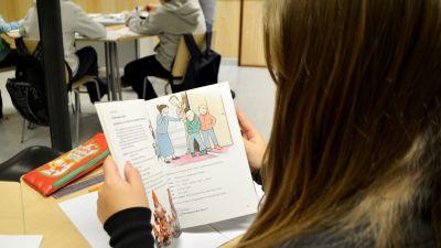 Elev läser ur läroboken i engelska.