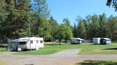 Husvagnar på ett campingområde.