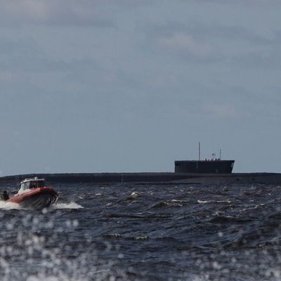 venäläinen Yuri Dolgoruky ydinsukellusvene vesillä.
