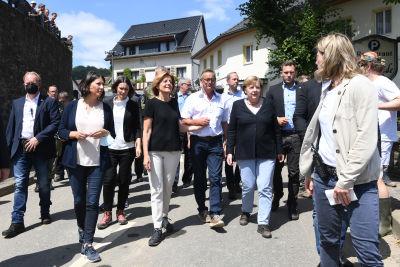 Angela Merkel går i Schuld tillsammans med bland annat Malu Dreyer, regeringschef i delstaten Rheinland-Pfalz.