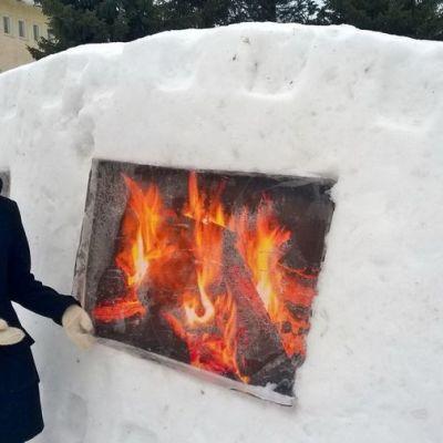 lumiveistos Kuusamo-opiston pihassa.