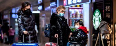 Personer på tågstationen i Peking den 24 januari 2020.