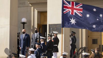 USA:s och Australiens försvarsministrar Lloyd Austin och Peter Dutton står brevid varandra under en ceremoni vid Pentagon.