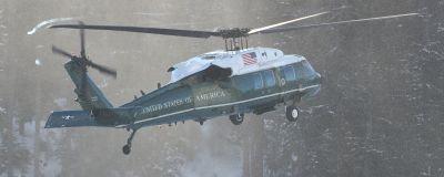 Donald Trumps helikopter i snöigt landskap.