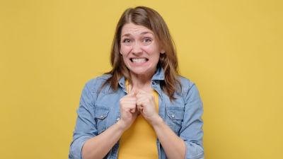 Ung kvinna grimaserar generat