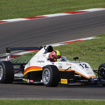 Formula 4 auto ajaa kaarteessa Imolan radalla