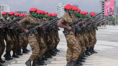 Bild på militära styrkor från Etiopien på rad.