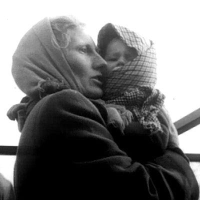 Unkarista pakeneva nainen lapsi sylissään (1956).
