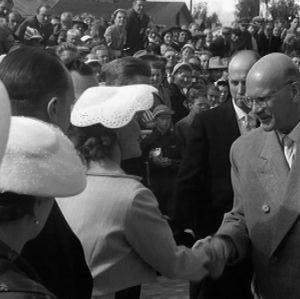 Presidentti Kekkonen tervehtii vastaanottajiaan