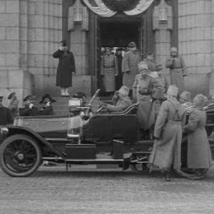 Tsaari Nikolai II vierailu Helsingissä v. 1915. Kuva autosta.