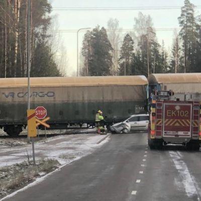Onnettomuuspaikka junaraiteilla.