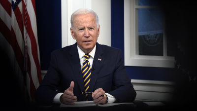 Joe Biden puhuu, taustalla Amerikan lippu.