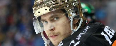 Michael Keränen med guldhjälm på huvudet.