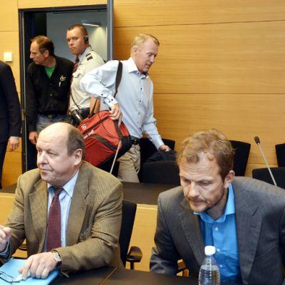 Jari Isometsän (vaalea paita takana), Harri Kirvesniemen (vas.) ja Janne Immosen (oik.) käräjäpuheita koskeva oikeudenkäynti alkoi Helsingissä 13. kesäkuuta.