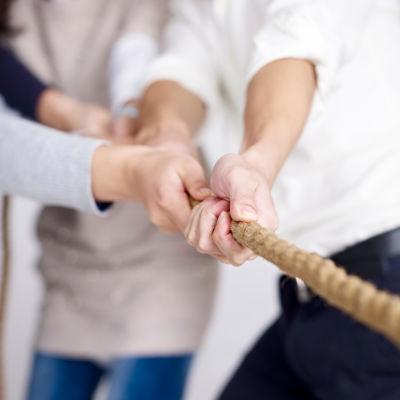 bild på händer som drar i ett rep