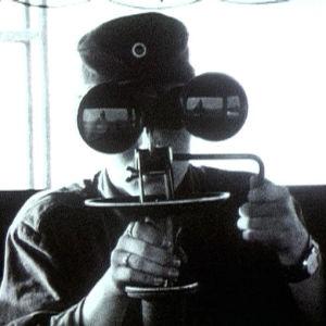 Varusmies katsoo kiikareilla Utössä 1973