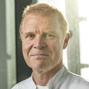 En manlig läkare ler och tittar in mot kameran. Han heter Peter Nieminen och jobbar vid Vasa centralsjukhus..