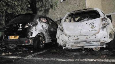 Åtminstone två av tv-stationens bilar utanför Sigmas högkvarter brändes upp.