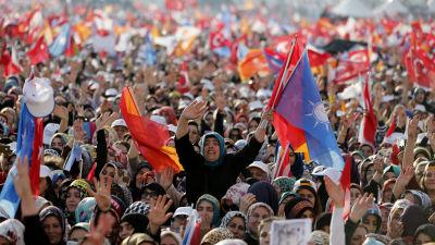 Regeringspartiet AKP:s anhängare på valmöte i Istanbul
